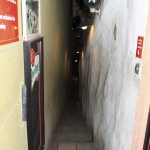 Самая узкая улица мира. Кирпичная улочка.