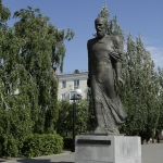 Памятник Достоевскому. Расположен на пересечении улиц Партизанская и Спартаковская.