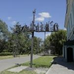 Весы бытия. Расположены возле Омского областного музея изобразительных искусств.