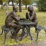 """Скульптурная композиция """"Встреча"""". Расположена на набережной Оми в районе речного вокзала."""