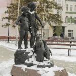 """Скульптура """"Дети, кормящие пингвинов""""."""