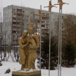 Памятник семье фронтовика. Конева 22, во дворе дома.