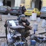 Уличный музыкант играет на украинской лiре.