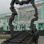 Памятник железнодорожнику.