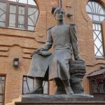Памятник Чокану (Шокану) Валиханову. Расположен на одноимённой улице возле дома номер 39.